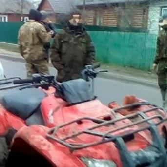 На Рівненщині у поліцейських селяни «віджали» квадроцикл та погрожували забрати зброю (фото)