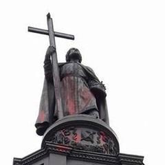 Наруга над пам'ятниками: червоною фарбою облили «князя Володимира»