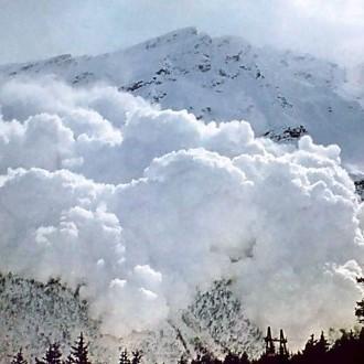 До уваги відпочиваючих!: у Закарпатті прогнозується висока лавинна небезпека