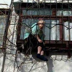 У Києві врятували пенсіонерку, яка застрягла у віконній решітці