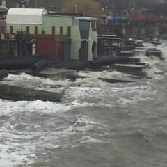 Через шторм кримське узбережжя завалило трубами з Керченського мосту (фото, відео)