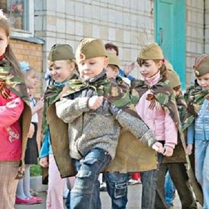 Знущання над дітьми: У мережі обурені дитячим виступом в окупованому Криму зі зброєю і триколором (відео)