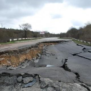 В Криму оголошують надзвичайну ситуацію через масштабні зсуви на дорогах (фото)