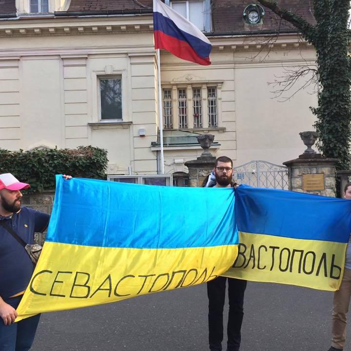 У Загребі поліція затримала фанів, які розгорнули українські прапори біля посольства РФ