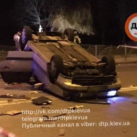 Жахлива ДТП: У Києві швидка протаранила таксі, яке в результаті перекинулося на дах