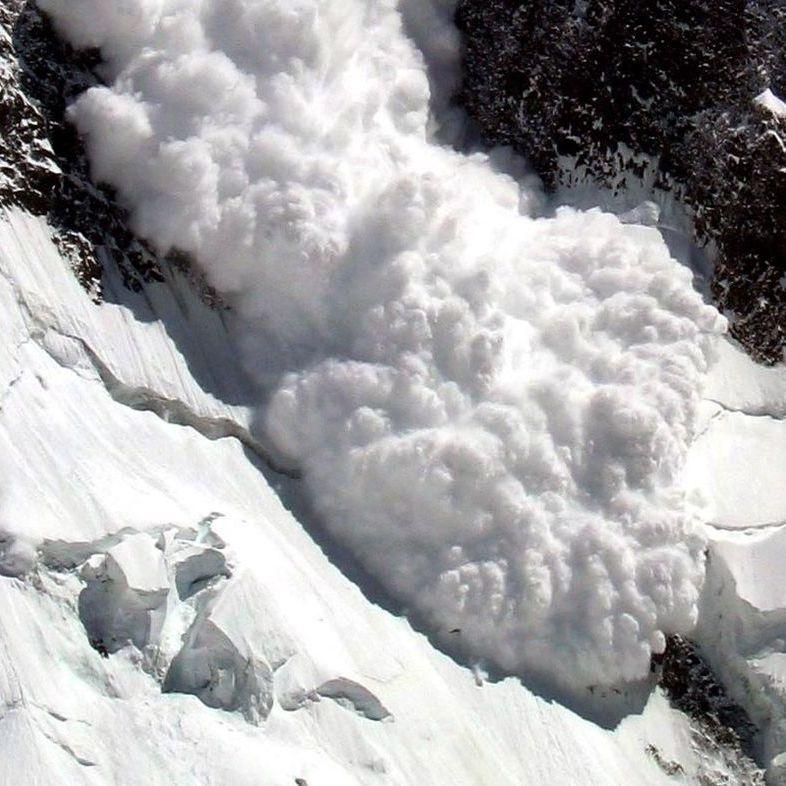 В Киргизії при сходженні снігової лавини загинули чотири співробітники Мінтрансу