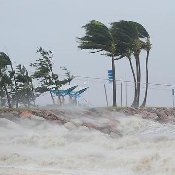 На Австралію обрушився потужний циклон (відео)