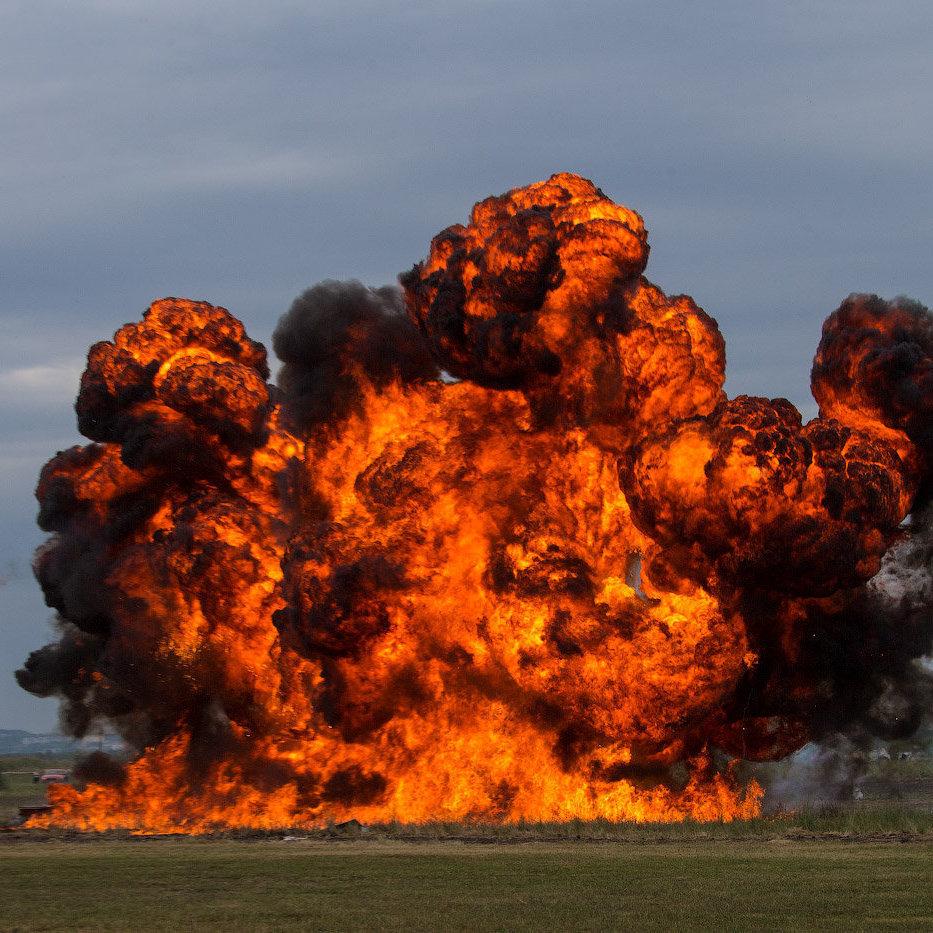 Потужний вибух та пожежа в Києві: імовірно впав вертоліт