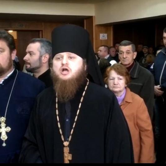 В Ужгороді на сесії побилися військові та священики Московського патріархату (відео)