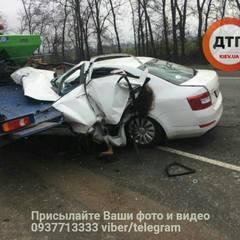 У Києві авто влетіло в евакуатор: опублікували фото