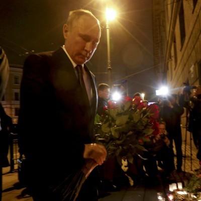 Путін привіз квіти до метро в Санкт-Петербурзі