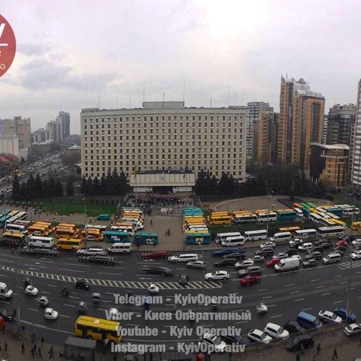 У Києві водії маршруток блокують обладміністрацію, сталася сутичка з поліцією (фото)