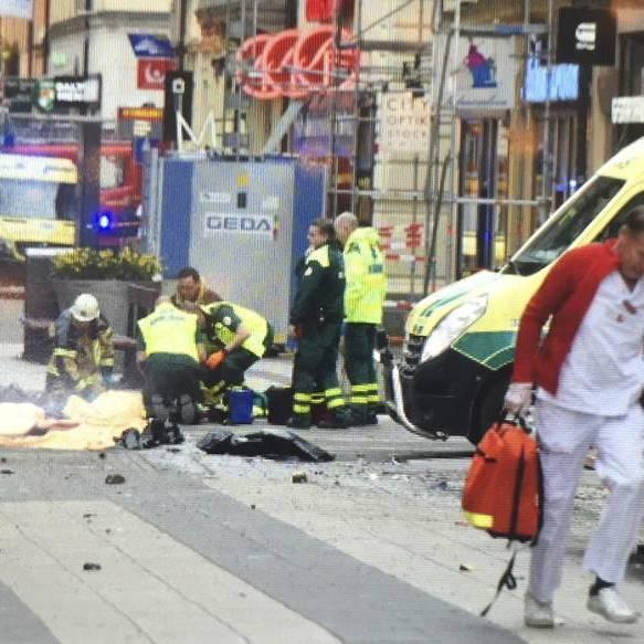 Наїзд вантажівки на натовп у Стокгольмі: поліція уточнила кількість жертв  (фото)