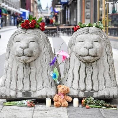 Люди масово несуть квіти та м'які іграшки до місця загибелі людей у Стокгольмі. Вшанування пам'яті жертв теракту (фото)
