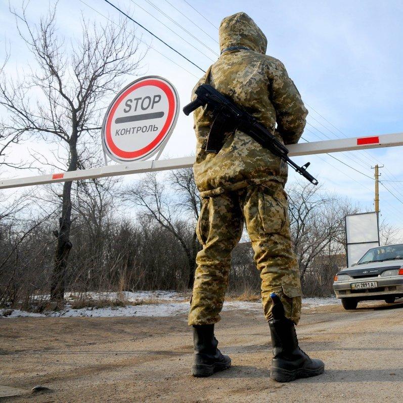 На Донбасі зловмисники намагались провезти через лінію розмежування 50 тисяч доларів