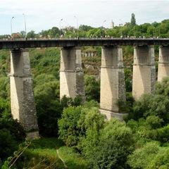 У Кам'янці-Подільському патрульні врятували чоловіка, який намагався скоїти самогубство, стрибнувши з мосту