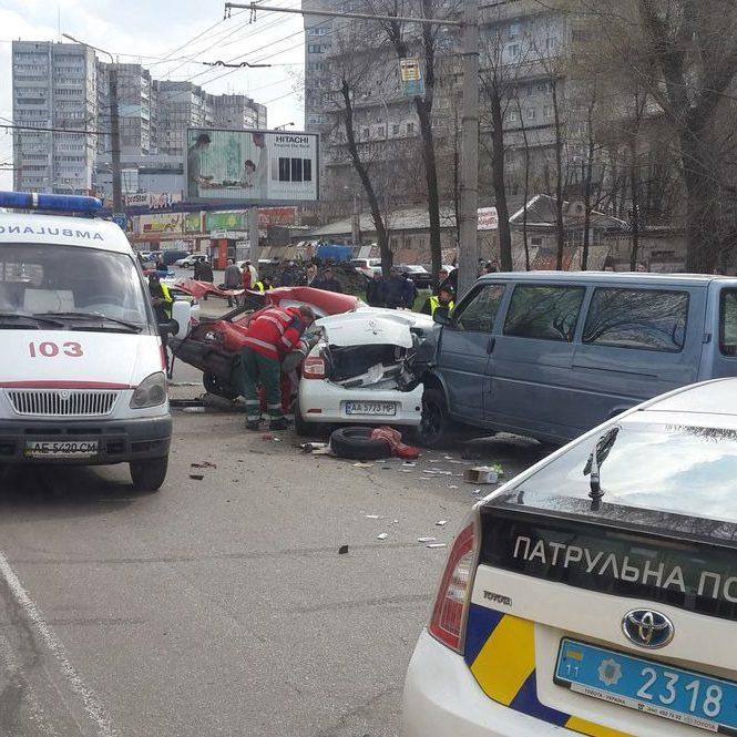 Жахлива ДТП в Дніпропетровську: зіткнулися 3 авто