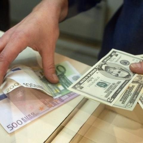 Тепер українці зможуть купувати валюту без сплати пенсійного збору