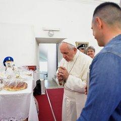 Папа Римський омив і поцілував ноги 12 колишнім мафіозі (фото)