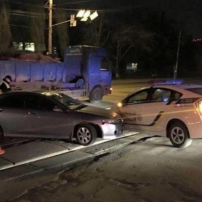 У Києві водій протаранив автомобіль поліції (фото)