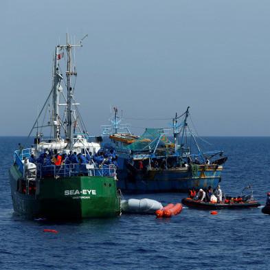 Посеред Середземного моря у шторм потрапило рятувальне судно із сотнями біженців: людям загрожує загибель (фото)