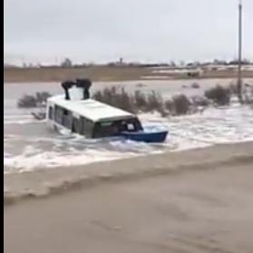 У Казахстані автобус зі школярами змило паводком із траси (відео)