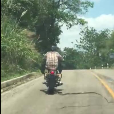 У Таїланді змія напала на мотоцикліста (відео)