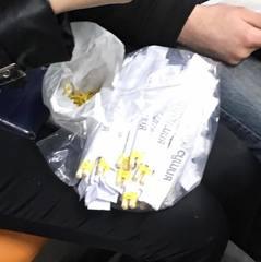 Працівниця суші-ресторану прямо в метро виготовляла навчальні китайські палички (фото, відео)