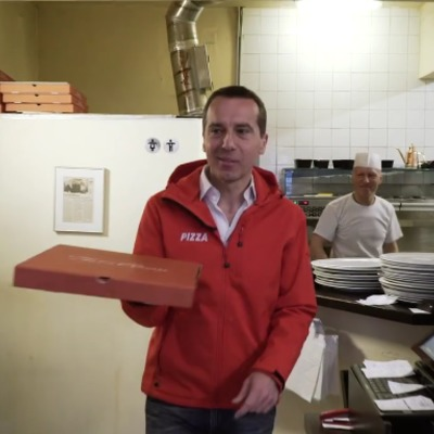 Канцлер Австрії спробував себе в ролі постачальника піци (відео)