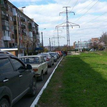 В окупованому Алчевську довжелезні черги до заправок: з'явились фото