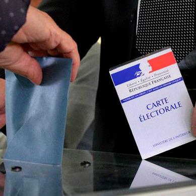 Голосування у Франції завершене. Лідирує Макрон та Ле Пен