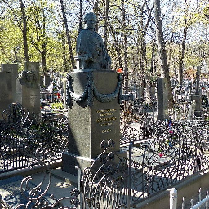 Поліція відкрила провадження за фактом крадіжки бронзових деталей з могили Лесі Українки