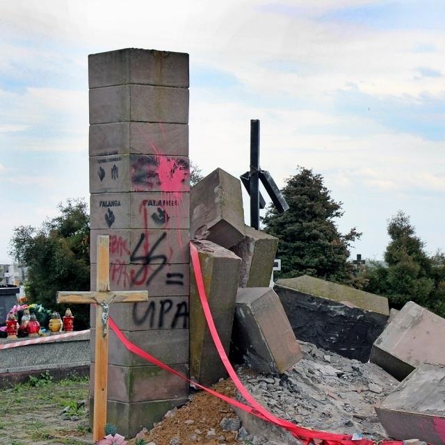 Польські націоналісти розібрали пам'ятник воїнам УПА (фото)