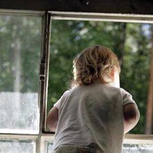 У Бердянську  5-річний хлопчик, який залишився вдома сам, намагався  вистрибнути з четвертого поверху