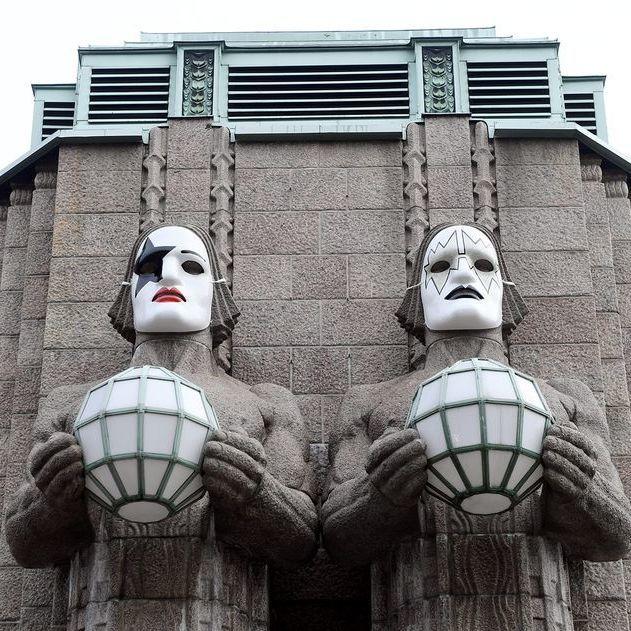 На честь концерту рок-групи Kiss кам'яні велетні на залізничному вокзалі Гельсінкі наділи маски музикантів групи (фото)
