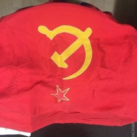 В Одесі поліція затримала чоловіка, який торгував радянськими прапорами