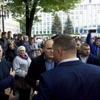 На Рівненщині люди вийшли на мітинг під ОДА: вимагали легалізацію видобутку бурштину (фото, відео)