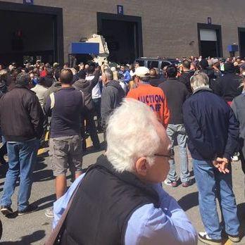 У США позашляховик протаранив натовп людей, є загиблі: фото