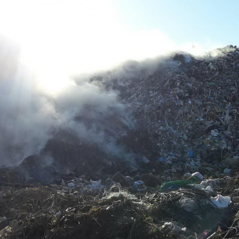 На Харківщині загорілось сміттєзвалище (фото)