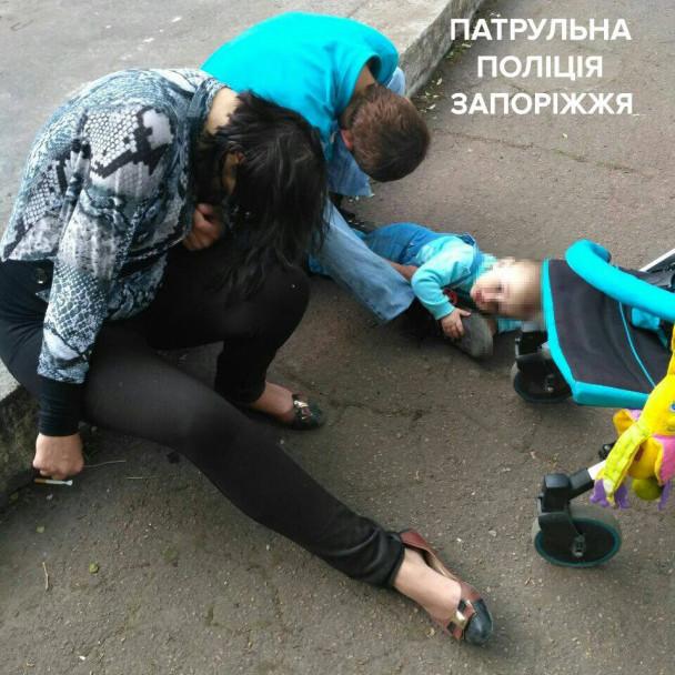 У Запоріжжі батьки «вирубилися» посеред вулиці, поки їхнє немовля плакало (відео)