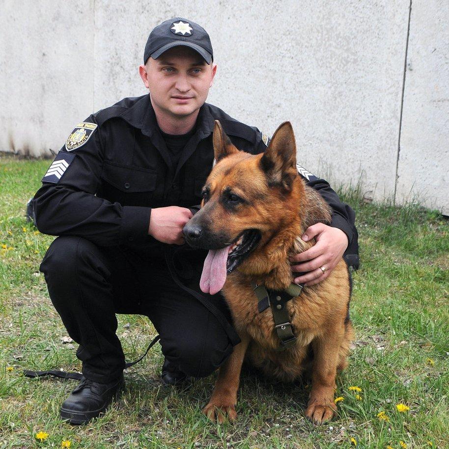 У Євромістечку київські поліцейські граються з собаками та пускають бульбашки (відео)