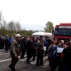 На Волині люди уже протягом 10-ти годин блокують трасу (фото, відео)