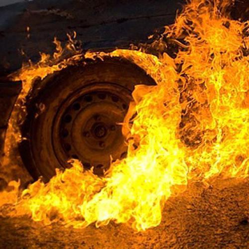На Харківщині вантажівка згоріла вщент через падіння рекламного щита на неї (відео)