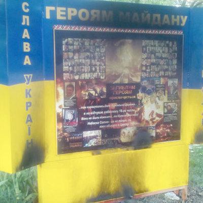 У Полтаві невідомі підпалили стеллу «Героям майдану» (фото)