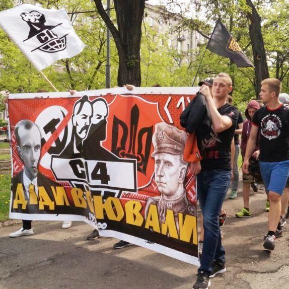 У Дніпрі 8 травня провели ходу з портретами Бандери й Шухевича і червоними маками