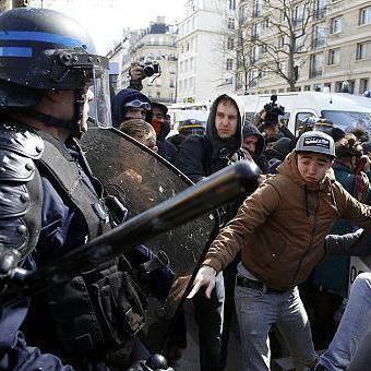 У Парижі під час акцій протесту поліція застосувала зброю