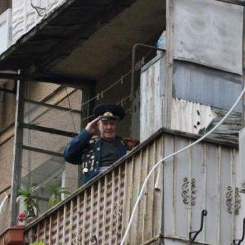 Оркестр ВМС персонально привітав ветерана-морпіха в одеському дворі (відео)