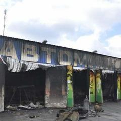 У Києві масштабна пожежа знищила автомийку (фото)