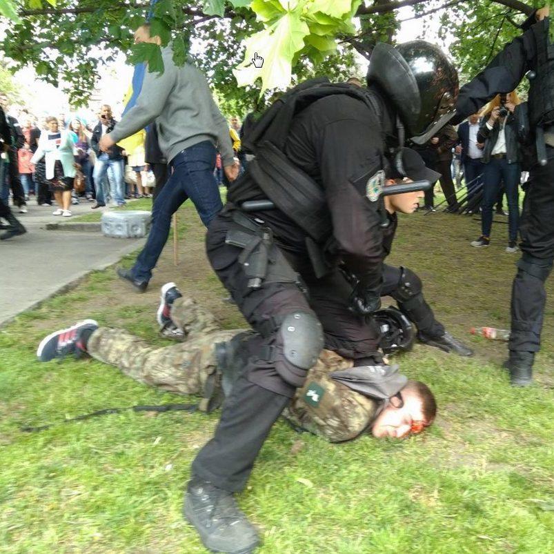 В мережі знайшли акаунти тітушок, які у Дніпрі влаштували напад на учасників АТО