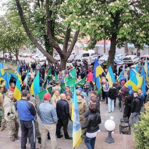 У Дніпрі під будівлею Нацполіції мітингують активісти та ветерани АТО за справедливе розслідування подій 9 травня (фото)
